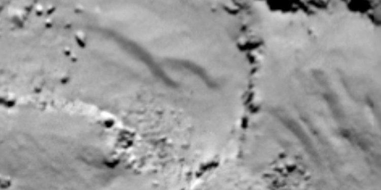 In het stof dat komeet 67P/C-G bedekt, ontstaan duin-achtige structuren. Mogelijk doordat het stof door gas uit de komeet in beweging wordt gebracht. Afbeelding: ESA / Rosetta / MPS for OSIRIS Team MPS / UPD / LAM / IAA / SSO / INTA / UPM / DASP / IDA.