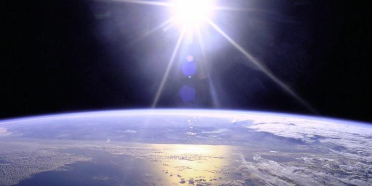 De zon laat haar stralen over de aarde glijden. Afbeelding: NASA.
