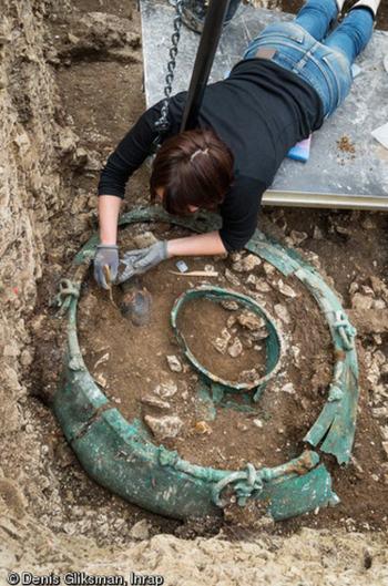 De ketel met in het midden de schenkkan. Beiden stammen ze uit het begin van de vijfde eeuw voor Christus.