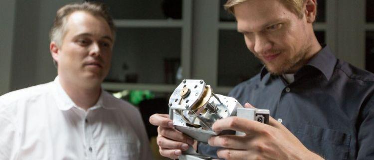 Twee ingenieurs van Part-Time Scientists aan het werk.