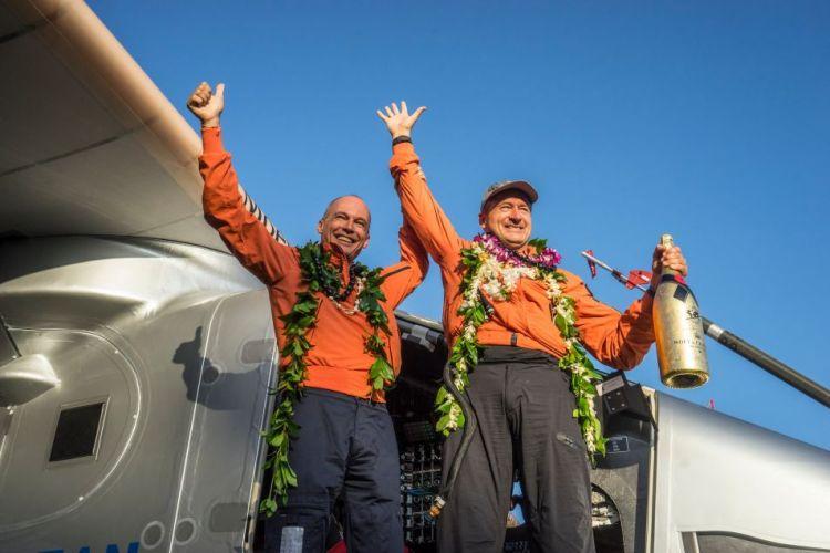 De succesvolle landing op Hawaï werd vorige week natuurlijk gevierd. Op de foto staan Borschberg en Piccard in de deuropening van hun Solar Impulse 2.