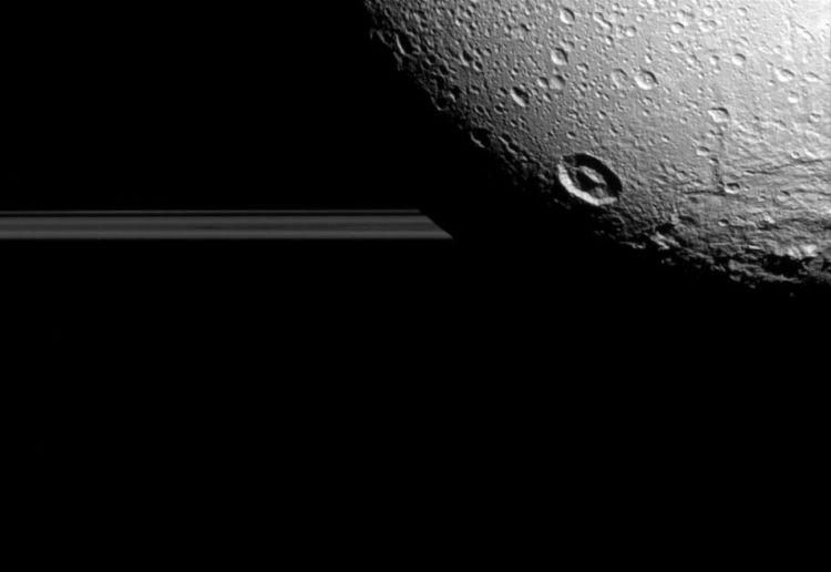 Nog zo'n prachtige foto van Dione! Afbeelding: NASA / JPL-Caltech / Space Science Institute.