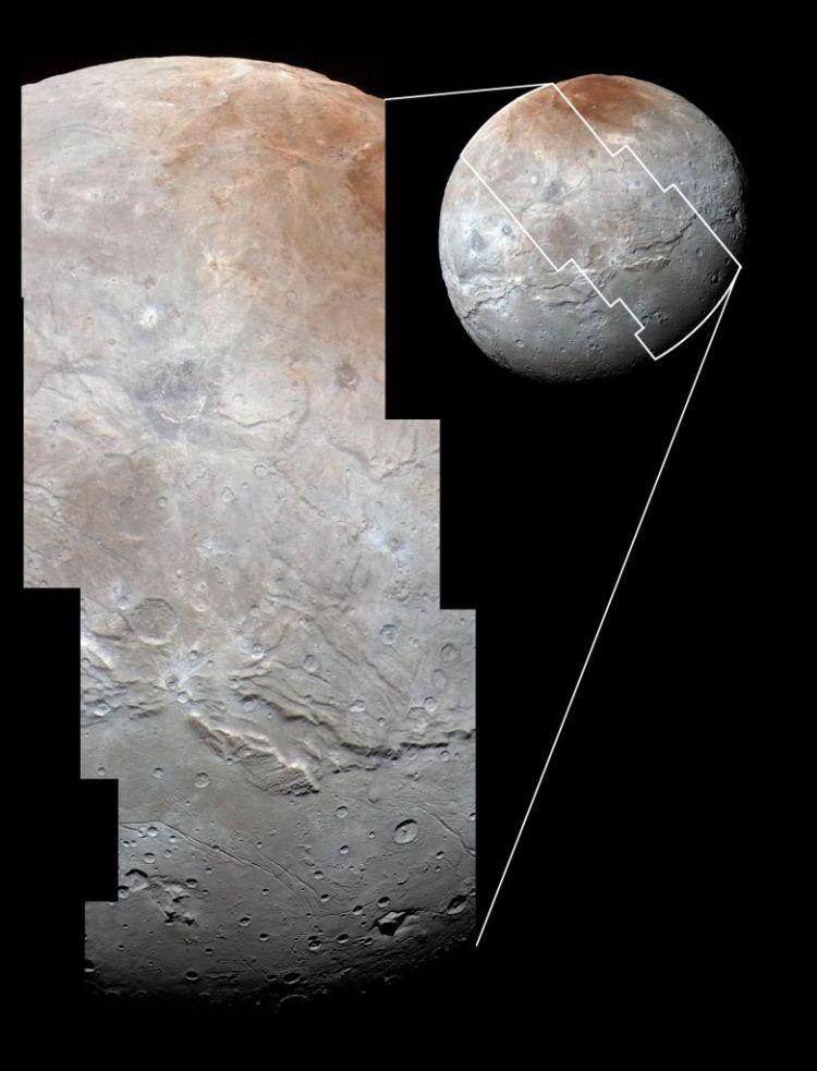 Hier zie je het klovensysteem met ten zuiden een vrij glad gebied. Afbeelding: NASA / JHUAPL / SwRI.