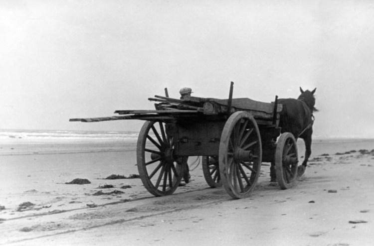 Een jutter op het Noordzeestrand. Een foto uit 1932. Afbeelding: via Wikimedia Commons.
