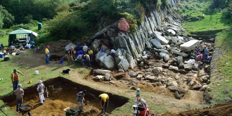 Opgravingen in één van de twee steengroeves waar de stenen van Stonehenge uit afkomstig zijn. Afbeelding: Adam Stanford © Aerial-Cam Ltd.