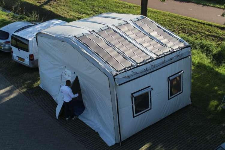 De tent met zonnepanelen. Afbeelding: Elena Findeisen.