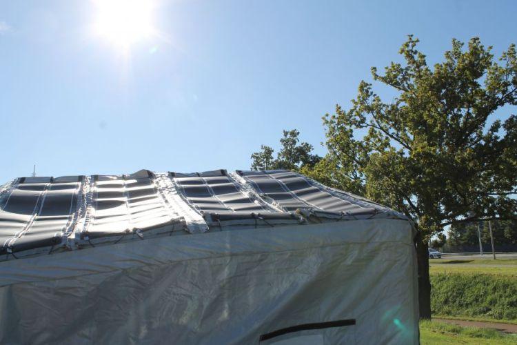 De tent tijdens het opbouwen. Afbeelding: Elena Findeisen.
