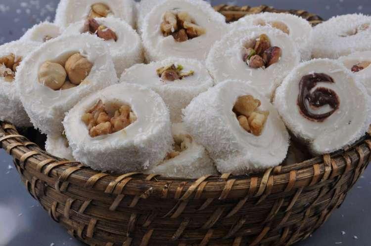 De Ramadan - de vastenperiode van de Moslims - wordt afgesloten met het Suikerfeest, waarbij zoete lekkernijen zoals op de foto worden gegeten.