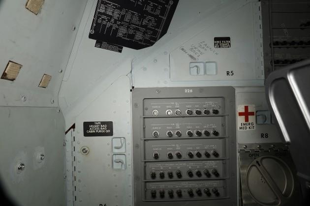 Aantekeningen op de wanden van de commandomodule. Afbeelding: National Air and Space Museum / Smithsonian's 3D Digitization Program.