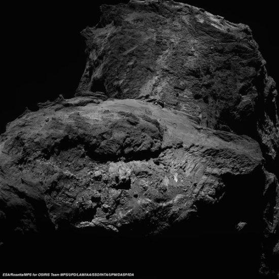 Rosetta heeft al heel wat mooie foto's van komeet 67P/C-G gemaakt. Hier zie je een recent exemplaar. Er zijn heel wat details op het oppervlak van de komeet te zien.