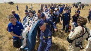 Astronauten kunnen na een langdurige ruimtemissie niet zelfstandig lopen en moeten eerst revalideren.