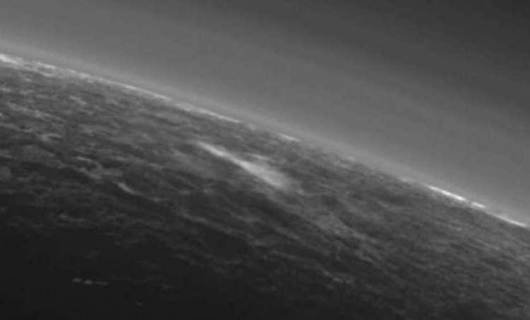 Een prachtige foto van de atmosfeer van Pluto. Het lijkt erop dat op deze foto een wolk te zien is: de allereerste wolk die in de atmosfeer van de dwergplaneet is aangetroffen. Afbeelding: NASA.