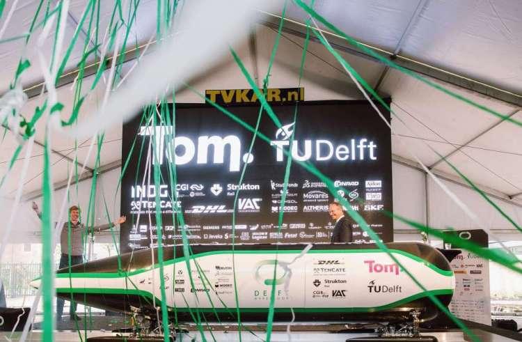 Minster Henk Kamp onthulde de capsule van de studenten. Met de druppelvormige capsule nemen de studenten het op tegen het studententeam van MIT. Afbeelding: Delft Hyperloop.