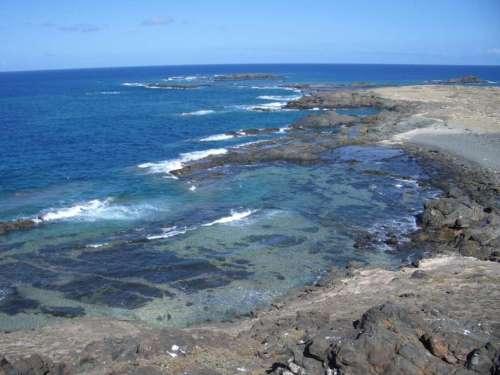 De kustlijn van Selvagem Pequena. Afbeelding: via Wikimedia Commons.