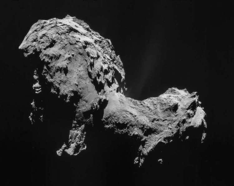Hier zie je de komeet 67P/C-G in volle glorie. De komeet lijkt met een beetje fantasie op een badeendje met een klein kopje, een hals en een groter lijf. Rosetta zal landen op 'de kop'. Afbeelding: ESA / Rosetta / NAVCAM.