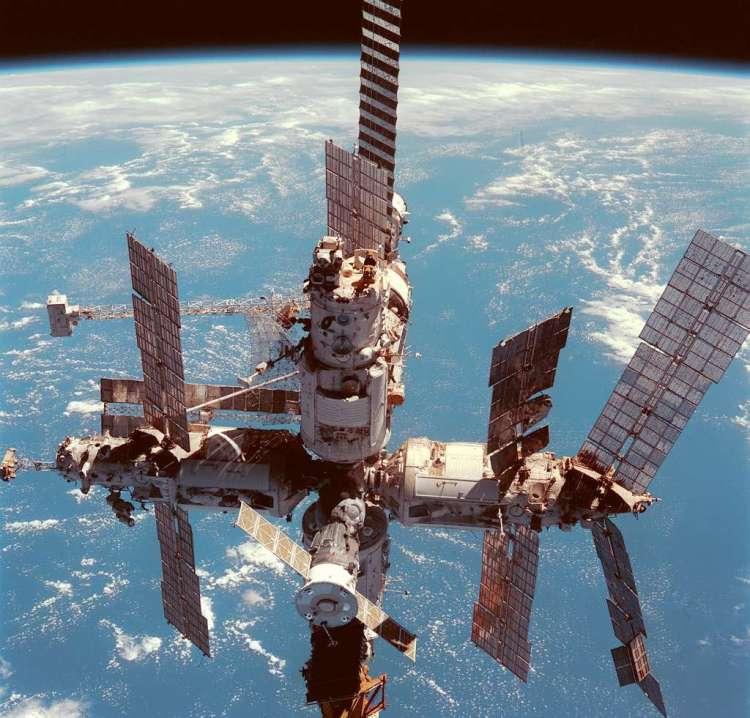 Ruimtestation Mir, zo'n drie jaar voor het in de Stille Oceaan landde. Afbeelding: NASA.