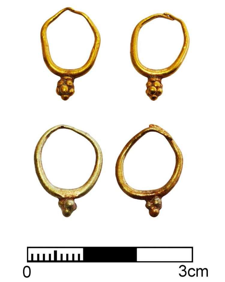 Twee paar gouden oorbellen. Afbeelding: Peter Fischer.