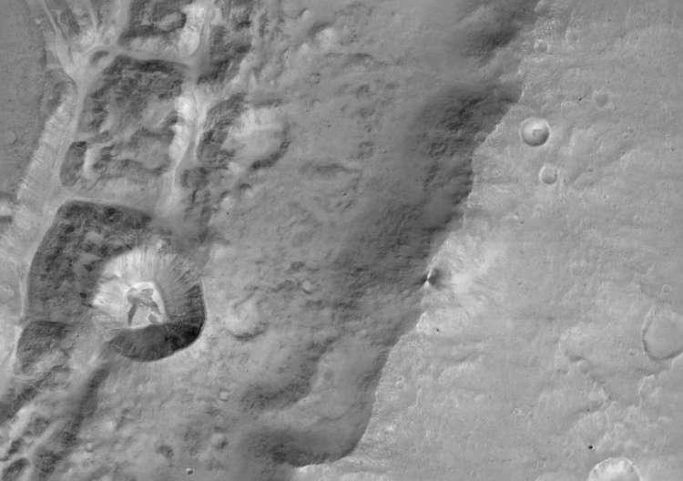 Een kleine krater - diameter: 1,4 kilometer - die tegen de rand van een veel grotere krater 'aangeplakt' ligt. Afbeelding: ESA / Roscosmos / ExoMars / CaSSIS / UniBE.