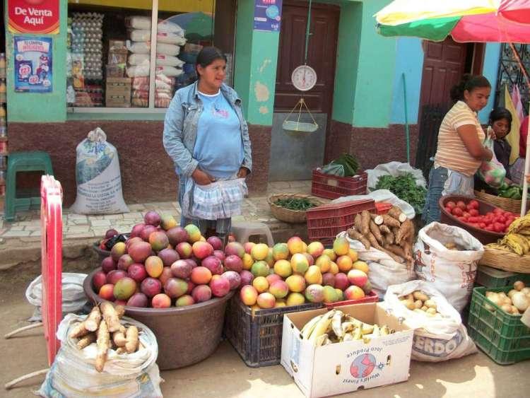 Lenca's op een markt in Honduras. Afbeelding: Nsitko (via Wikimedia Commons).