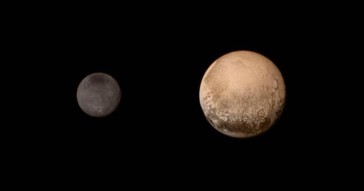De meest recente foto's van Charon (links) en Pluto (rechts).