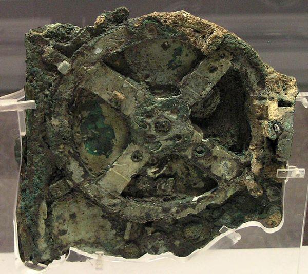 Il frammento principale della macchina di Antikythera (foto da Wikipedia)