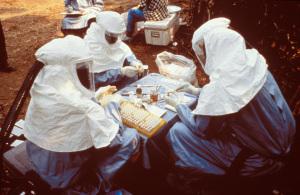 Foto di repertorio: ricerca sul campo durante l'epidemia di Ebola del 1995 (Photo Credit: Content Providers(s): CDC/ Ethleen Lloyd )