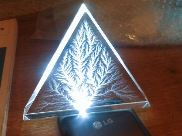 """Un fulmine """"imprigionato"""" in una lastra di Plexiglas, noto anche come figura di Lichtenberg (immagine da Wikimedia)."""