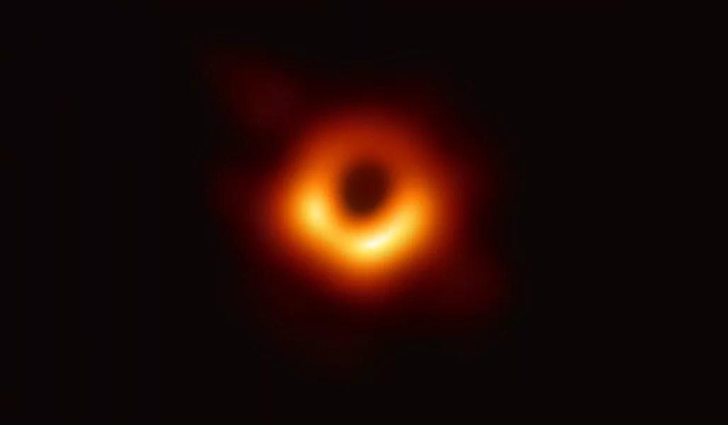 La prima immagine di un buco nero