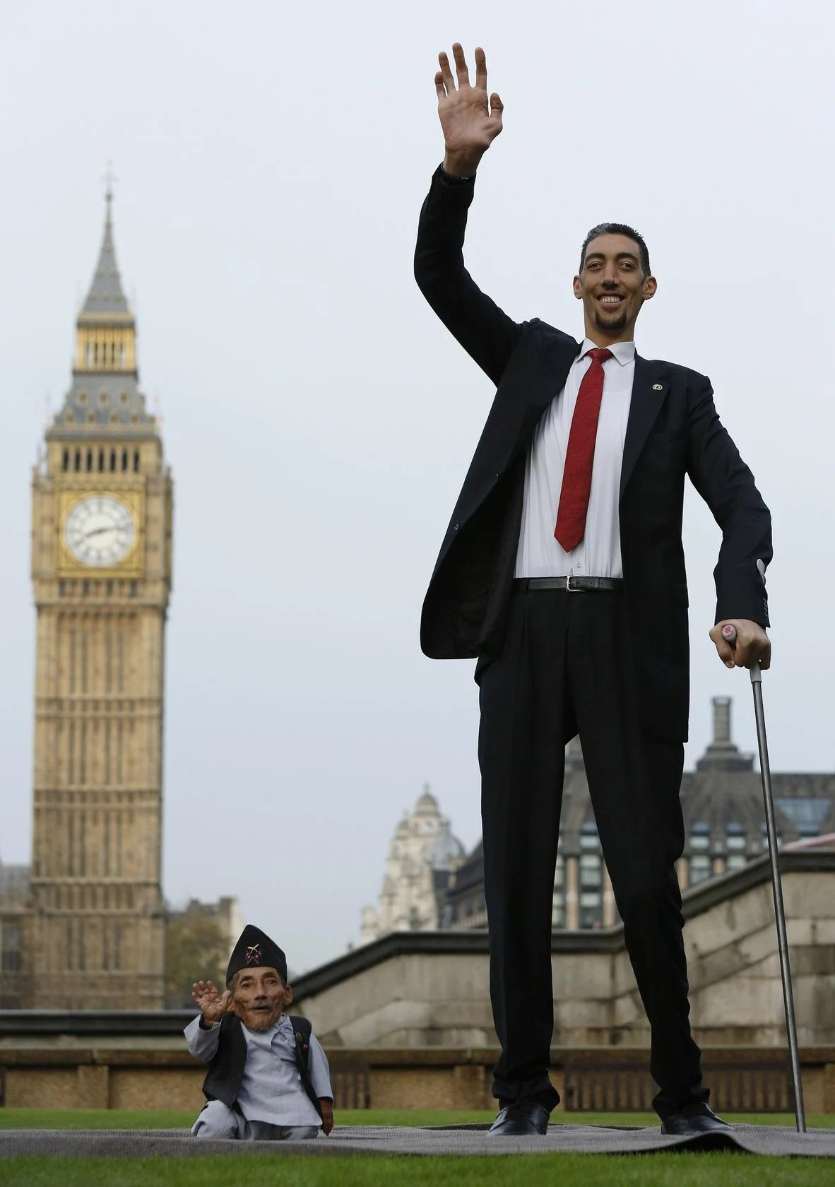 World S Tallest Man Meets His 55cm Counterpart For World