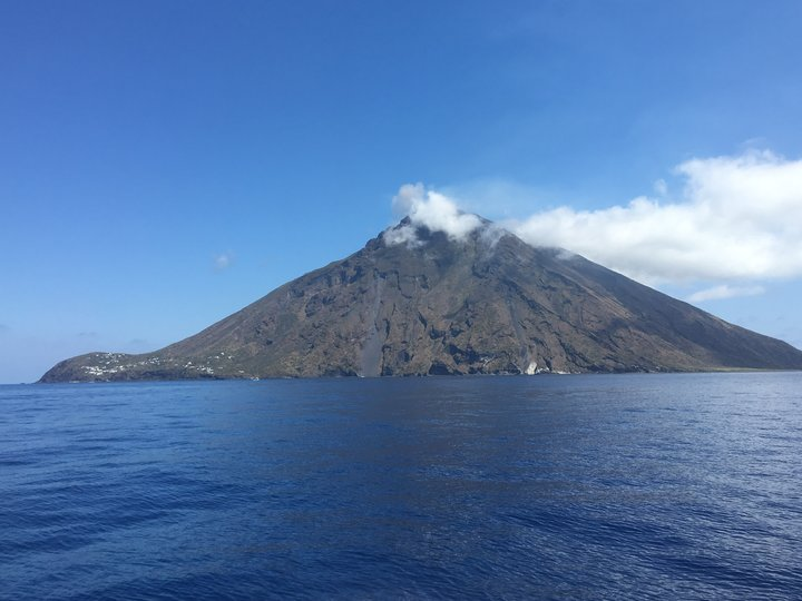 isola di stromboli, tappa di ogni crociera in barca a vela alle eolie