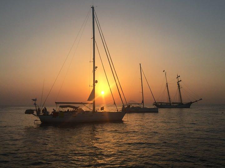 tramonto in barca a vela in Sicilia