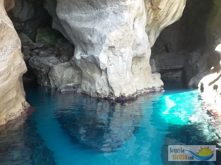 Egadi in barca a vela, grotta di Marettimo