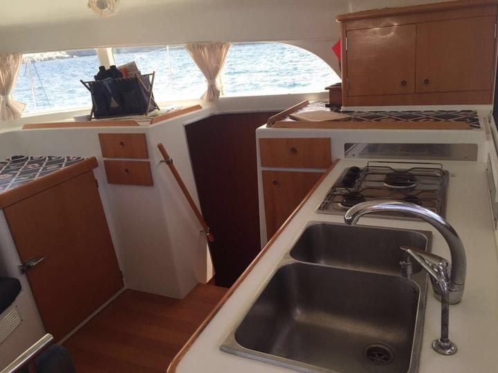 Dettaglio della zona cucina di una moderna barca a vela
