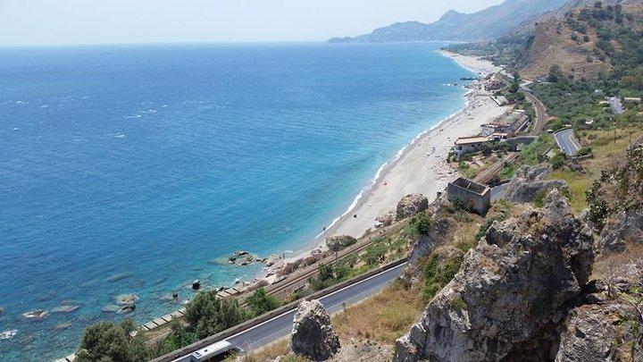 la spiaggia di Mazzarò a Taormina