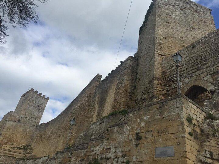 Il Castello di Lombardia a Enna, dettaglio di una torre