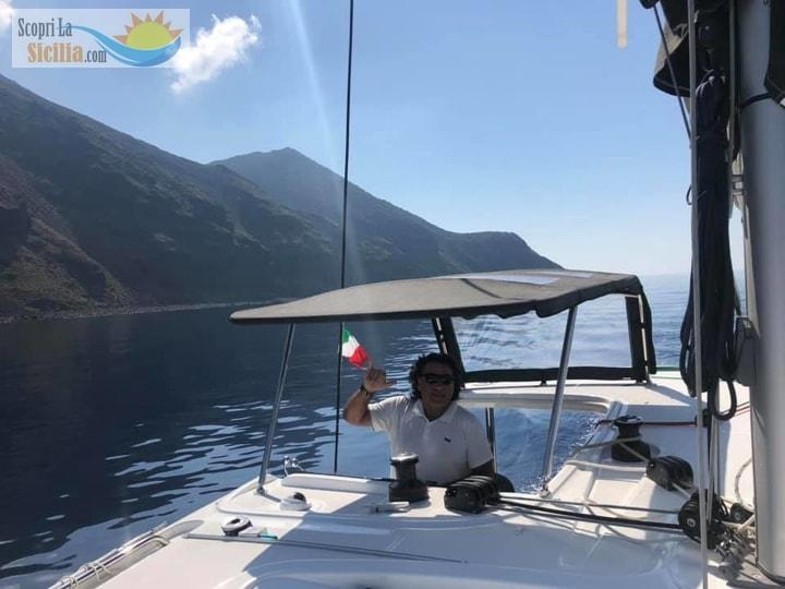 Uno skipper siciliano al timone di una barca a vela