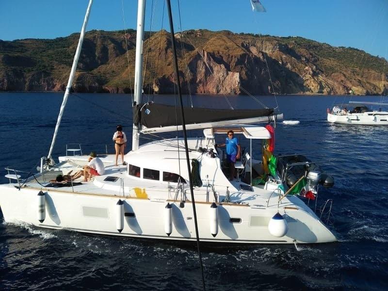 catamarano con skipper ed equipaggio alle isole Eolie