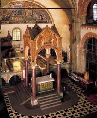 Vista ciborio ed altare