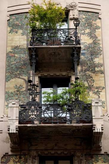 Casa Galimberti - balcone con maioliche e ferro battuto