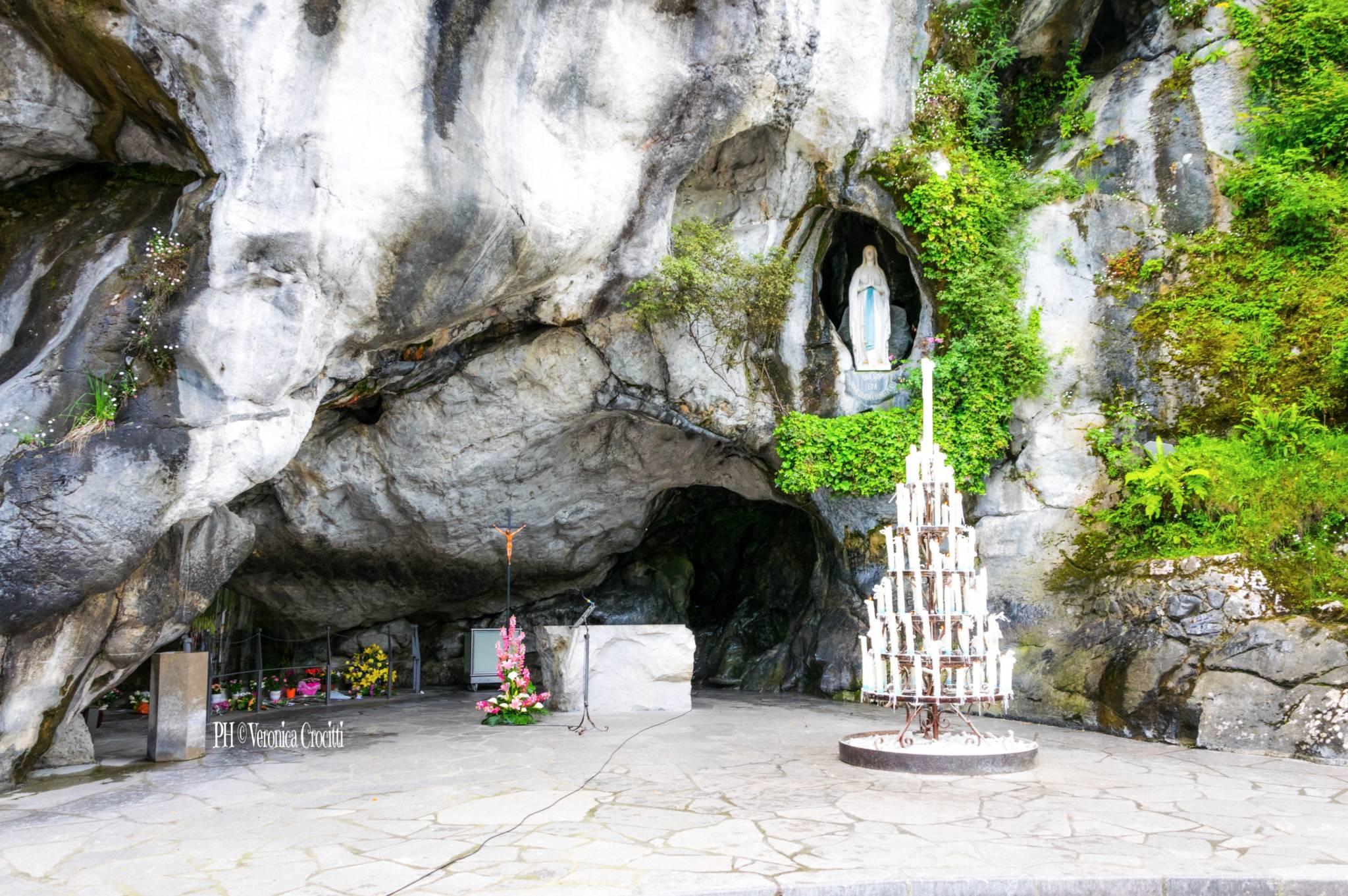 Grotta di Massabielle. Santuario di Lourdes, Francia