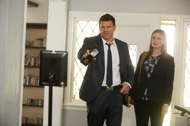 Brennan (Emily Deschanel, R) and Booth (David Boreanaz, L). Co. Cr: Jordin Althaus/FOX
