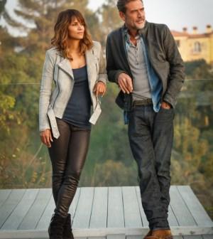 Pictured (L-R): Halle Berry, Jeffrey Dean Morgan -- Credit: © 2015 CBS Television Studios