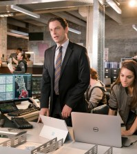 APB: L-R: Justin Kirk and Caitlin Stacey in APB coming soon to FOX.  ©2016 Fox Broadcasting Co. Cr:  Chuck Hodes / FOX