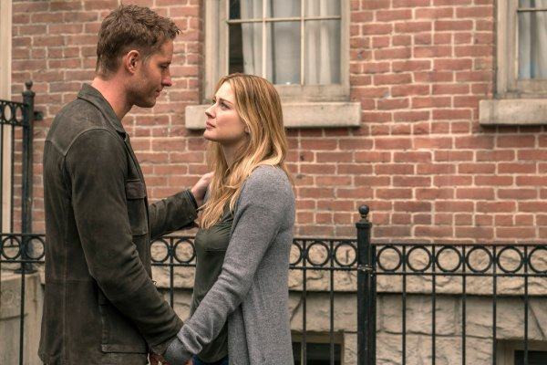 """THIS IS US -- """"Moonshadow"""" Episode118 -- Pictured: (l-r) Justin Hartley as Kevin, Alexandra Breckenridge as Sophie -- (Photo by: Ron Batzdorff/NBC)"""
