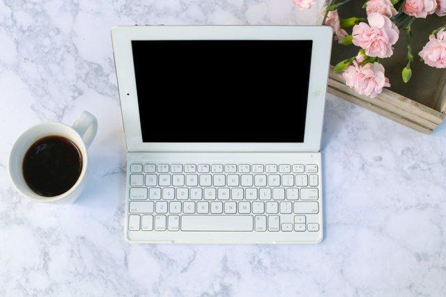 Premio letterario Città di Lugnano: un computer e una tazza di caffè