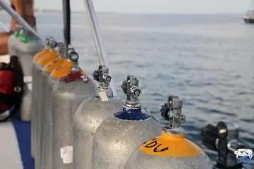 Do empty scuba tanks float