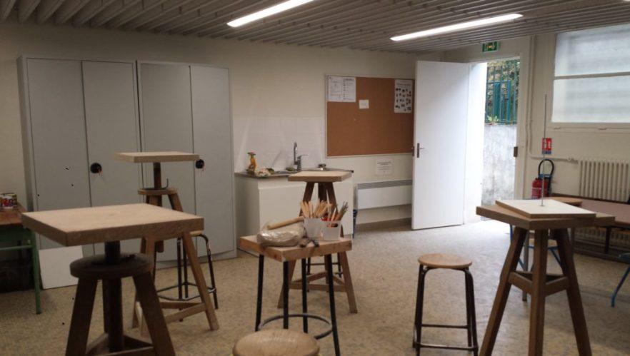 Cours de sculpture dans l'atelier de loisirs à Orsay