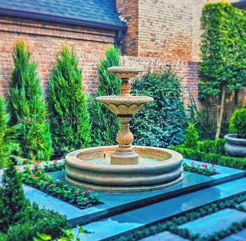 fontaine centrale avec vasque en pierre