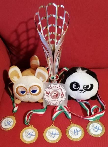 Shen Zen coppa medaglie mascotte