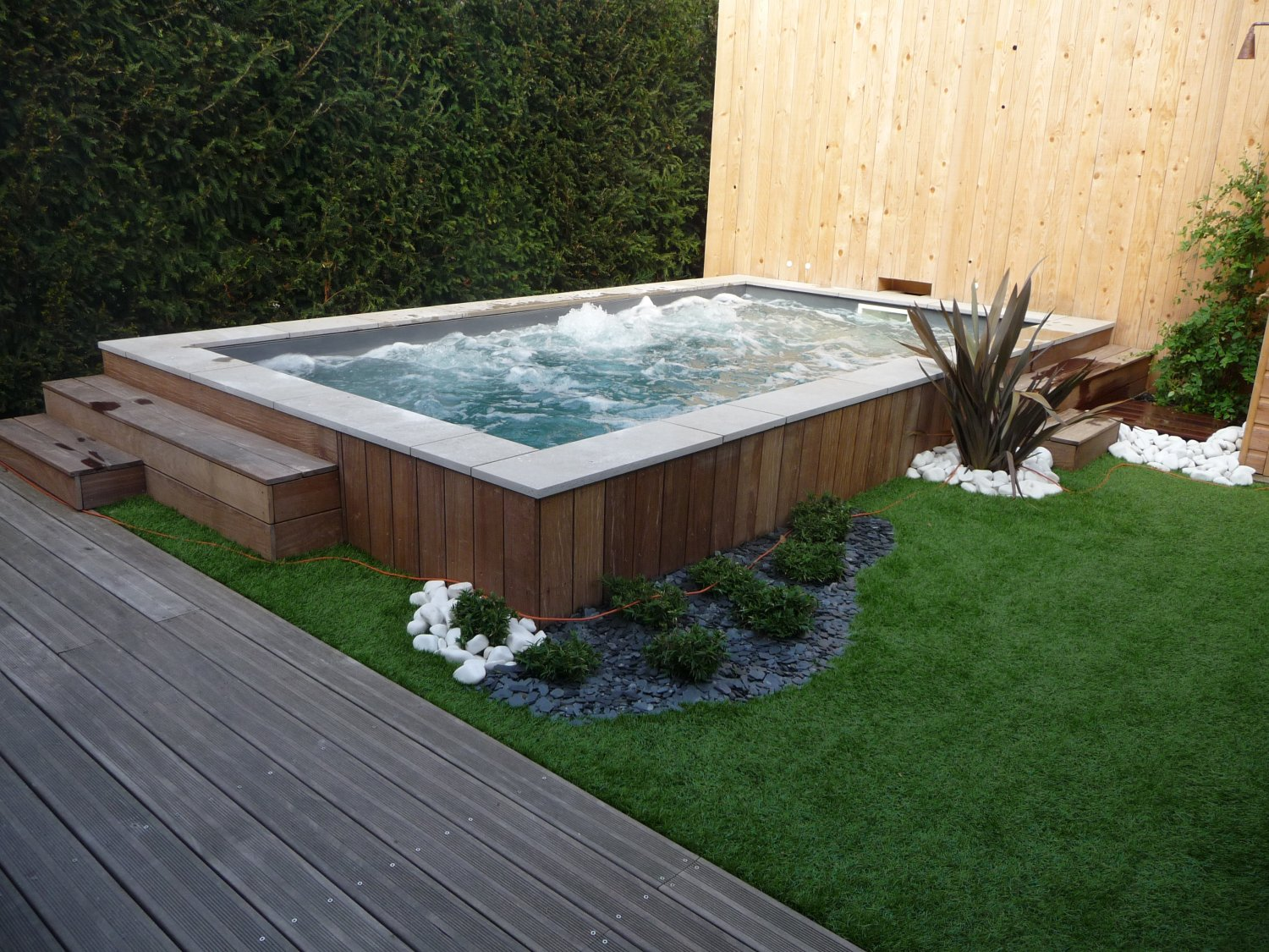 Construire bassin hors sol fashion designs for Piscine jardin youtube